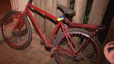 Ciclista é atropelado na rua Sérgio Gasparetto, em Foz - O carro não conseguiu frear e atingiu a bicicleta. Marcos Maciel, de 23 anos, caiu da bicicleta e bateu a cabeça.