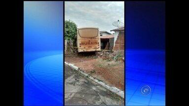Ônibus desgovernado destrói quatro casas em bairro de Guapiaçu - Quatro casas foram atingidas por um ônibus desgovernado em Guapiaçu (SP) na noite desta terça-feira (2). Segundo informações da polícia, em depoimento, o motorista disse que os freios falharam e não conseguiu parar o veículo.