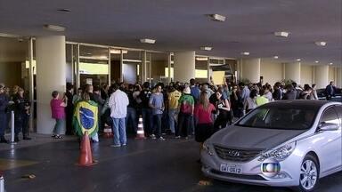 PM barra entrada de manifestantes em sessão sobre meta fiscal no DF - A tensão começou nesta terça-feira (2) depois que a senadora disse que foi xingada por manifestantes. Com a confusão, Renan Calheiros adiou a votação para esta quarta-feira.