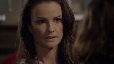 Gilda quer que Mari vá embora com ela - A menina se surpreende com a visita da mãe