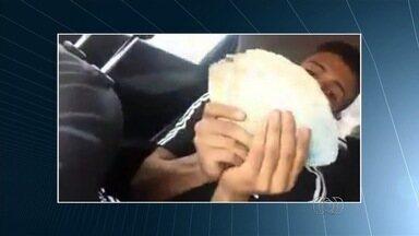 Suspeitos de roubo ostentam dinheiro em carro de luxo; veja vídeo - Com maço de notas, um dos jovens diz: 'Não tá cabendo na minha mão'. Segundo polícia, eles são suspeitos de assaltar fazenda há um mês em GO.