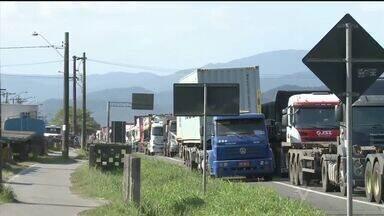 Protesto de caminhoneiros causa congestionamento em Guarujá, SP - Fila de caminhões se formou no acostamento da Rodovia Cônego Domênico Rangoni.