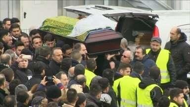 Mais de mil pessoas acompanham o funeral da jovem turca espancada até a morte na Alemanha - Na madrugada de 15 de novembro, Tugce Albayrak, de 23 anos, impediu que duas amigas menores de idade fossem atacadas sexualmente no banheiro de uma lanchonete.