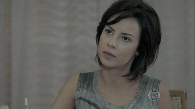 Maria Clara avisa a João Lucas que José Alfredo está conversando com Cristina - Amanda não gosta de saber que José Pedro vai dormir com Danielle no hotel