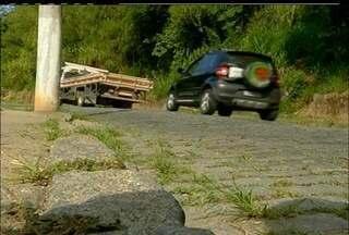 Vias alternativas de Nova Friburgo, no RJ, não suprem demanda de trânsito - Moradores reclamam da falta de sinalização dessas vias.