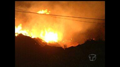 TV Tapajós flagra incêndio no bairro Santo André - De acordo com informações de moradores, o fogo é proveniente de madeiras que são jogadas no local por uma empresa particular.