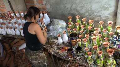 Pequenos empreendedores fazem sucesso no trabalho com cerâmica - Artesãos do município de Santana de São Francisco fazem do barro a principal fonte de renda. Pequenos empreendedores de sucesso.