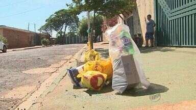 Lixo se acumula em pontos onde coleta não foi feita em Ribeirão Preto - Zona Leste e Centro da cidade são locais em que resíduos estão acumulados e moradores dizem que recolhimento do lixo não foi feito desde quarta-feira (3).