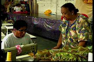 Escolas de samba procuram ajuda de estrangeiros para fazer fantasias - A falta de mão de obra especializada é o principal motivo para a procura de estrangeiros e fábricas internacionais.
