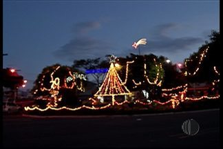 Moradores enfeitam praça para o Natal em Mogi das Cruzes - Os enfeites estão na praça Parque Olímpico. Os moradores não contaram com a ajuda do poder público.