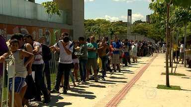 Procura por ingressos para jogo da entrega da taça é grande entre os Cruzeirenses - Torcida do Cruzeiro lota os pontos de venda atrás de ingressos para o jogo entre Cruzeiro e Fluminense que marcará a entrega da taça de campeão do Campeonato Brasileiro à equipe celeste
