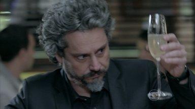 Zé Alfredo interrompe encontro de Marta e Maurílio - Comendador provoca o rival ao ouvir o pedido de casamento para Maria Marta