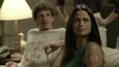 Tuane pensa em voltar a morar com Elivaldo - Periguete decide entregar o apartamento de Copacabana