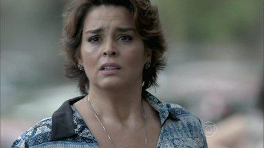 Império - capítulo de quinta-feira, dia 04/12/2014, na íntegra - Beatriz vê Leonardo pedindo dinheiro na rua