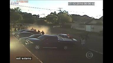 Polícia procura motorista que atropelou grávidas no PR - A polícia do Paraná procura o motorista que atropelou duas mulheres grávidas na manhã de domingo (7) em frente à Cadeia Pública de Ponta grossa.