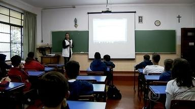 Apenas 54% dos brasileiros concluiu o ensino médio até os 19 anos, diz pesquisa - De acordo com números divulgados pela ONG Todos pela Educação, ainda há muito trabalho a ser feito para que 100% dos jovens terminem o ensino médio na idade certa.