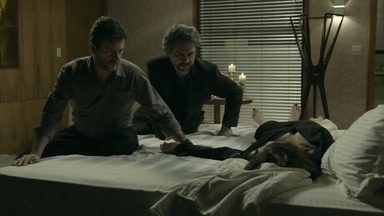 Zé Alfredo manda Josué recuperar o diamante na casa de Cora - Elivaldo convence Cristina a jantar fora. Xana e Naná decidem fazer o mesmo