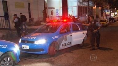 Quatro PMs são baleados no Complexo do Alemão (RJ) - Os policiais de uma UPP foram atingidos em confrontos com criminosos. A segurança foi reforçada pelo Batalhão de Choque.