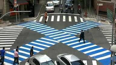 São Paulo adota novo modelo de faixa de pedestres - A nova faixa de pedestre em X, que está em teste em São Paulo, pode ser levada para mais pontos da cidade. A ideia vem do Japão e é usada em cruzamentos onde multidões atravessam todos os dias.