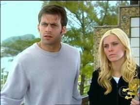 Bell faz proposta para Estevão e Leona - A moça se compromete a devolver o dinheiro da entrada do apartamento se Estevão revelar onde está Henriqueta