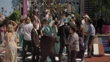 """Banda de Pedro toca """"Whisky a go go"""" em casamento - MUSICAL - Sol divide o palco com Vicki"""