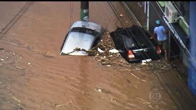 Temporal causa alagamentos e transtornos na Zona leste de São Paulo - As águas tomaram conta de várias ruas. Perto das 16h, a cidade entrou em estado de atenção. E as cenas de enchente, tão raras esse ano por causa da seca, voltaram a causar problemas na capital paulista. Muitos carros ficaram parados.