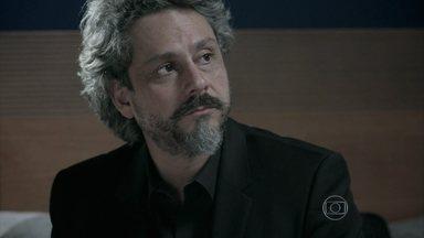 José Alfredo explica para Cristina como conseguiu sua pedra de volta - A jovem fica perplexa com o comportamento de Cora