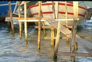 Pescadores do Segundo Distrito de Cabo Frio reclamam da falta de estrutura para trabalhar - Faltam banheiros, água, tendas e um cais.
