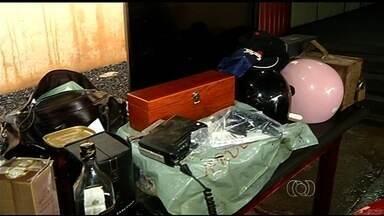 Polícia prende suspeitos de roubar casa em Paraúna - Segundo as vítimas, a ação dos assaltantes foi violenta. Eles foram presos ao participar de uma festa em Rio Verde.