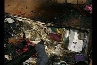 Incêndio destrói uma casa de madeira na passagem Francisco Monteiro, em Belém - Fogo teria começado por volta das 20h.