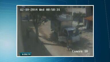 Dupla realiza assaltos no Bairro Sapiranga, em Fortaleza - Câmeras de segurança flagram abordagem de caminhão.