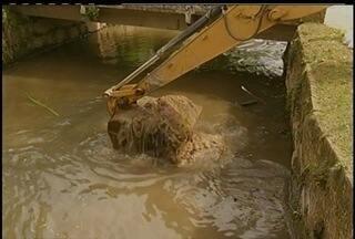 Rios de Petrópolis, RJ, estão sendo dragados - A medida é preventiva para a época de chuvas.
