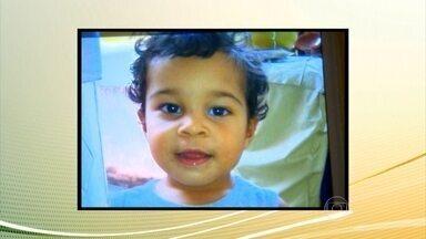Criança de dois anos morre dentro de carro que fazia transporte escolar irregular no Rio - A mãe do menino acusa a motorista de ter esquecido a criança. Gabriel Marins Alves de Oliveira morreu depois de ter ficado dentro de um carro fechado por cerca de duas horas.