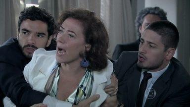 Cora e Marta saem no tapa - A megera tenta fugir com os pedaços do diamante cor-de-rosa, mas é capturada pelos seguranças