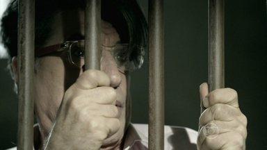 Té é levado para uma cela comum - Antonio avia a Vicente sobre o resultado da audiência. A família de Cláudio respira aliviada com o fim do processo