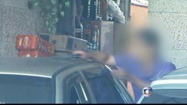 Refém tenta atirar em bandidos após fim de sequestro em SP - O sequestro começou por volta das 6h desta quinta (18), quando dois rapazes invadiram numa casa na Zona Leste de São Paulo. Após a dupla se entregar, o refém pegou a arma de um dos bandidos e tentou atirar nos criminosos.