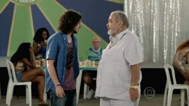 Otoniel comenta com Antoninho sobre o estado de Jurema - A mãe do rapaz volta a sonhar com Jairo e se desespera