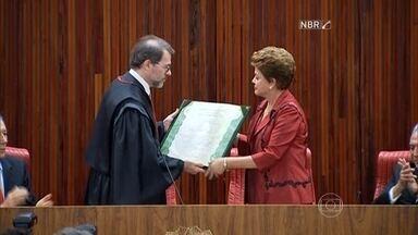 Dilma Rousseff e Michel Temer recebem diploma para posse do 2º mandato - A presidente Dilma Rousseff e o vice Michel Temer receberam o diploma para tomar posse do segundo mandato, no dia 1º de janeiro.