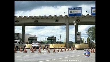 Pedágios de trechos de rodovias federais que cortam o Sudeste e o Sul ficam mais caros - Na rodovia Fernão Dias, em São Paulo, a taxa básica por eixo passou de R$ 1,50 para R$ 1,60, um aumento de quase 8%. No trecho paulista da BR-153, o reajuste foi de quase 6%. Em Santa Catarina, o aumento nos pedágios da BR-116 é de 7,89%.