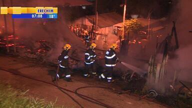 Incêndio atinge Vila Santo André em Porto Alegre - Moradores conseguiram sair das casas e niguém ficou ferido.