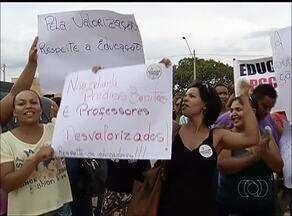 Professores fazem protesto durante inauguração de escola em Palmas - Professores fazem protesto durante inauguração de escola em Palmas