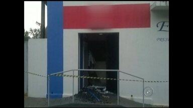 Assaltantes explodem caixa dentro de agência em Guarani D'Oeste - Um caixa automático foi explodido na madrugada desta sexta-feira (19) em uma agência bancária no centro de Guarani D'Oeste (SP). Segundo a polícia, os assaltantes detonaram o equipamento e levaram a gaveta onde fica o dinheiro.