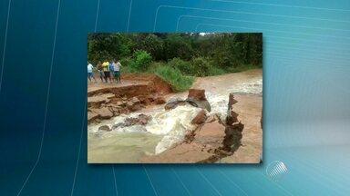 Dezesseis cidades têm situação de emergência decretada por causa da chuva - Maraú, que fica no Baixo Sul baiano, é uma delas. O rio que corta a cidade subiu tanto que arrastou parte da estrada.