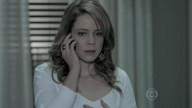 Josué avisa Cristina sobre a morte do Comendador - O fiel escudeiro de Zé Alfredo pede para usar o celular de Marisa para falar com a jovem