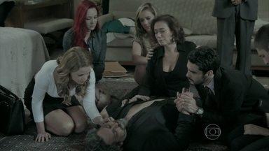 Cristina sugere que o corpo de Zé seja retirado do chão - Zé Pedro impede que Maurílio ajude na locomoção do corpo