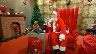Papai Noel usa tecnologia e responde a pedidos por videoconferência - O Fantástico montou uma cabine especial para o Papai Noel interagir e responder aos pedidos de presentes.