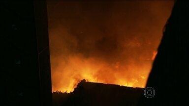 Incêndio destrói grande parte de shopping popular em São Paulo - O incêndio no Shopping 25 de Março, no Brás, foi controlado no início da madrugada. As ruas em volta do local estão interditadas. Cerca de 100 homens e 30 viaturas foram deslocados para controlar o incêndio que começou no fim da tarde de domingo (21).