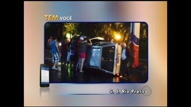 Motorista perde controle de carro e capota em avenida de Rio Preto - Um motorista perdeu o controle do carro que dirigia e capotou na Avenida Alberto Andaló, em São José do Rio Preto (SP), na madrugada de domingo (21).