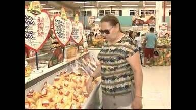 Em Imperatriz, os supermercados lotaram nesse fim de semana - Em Imperatriz, os supermercados lotaram nesse fim de semana. A maioria dos consumidores já estava fazendo compras para a ceia de natal.
