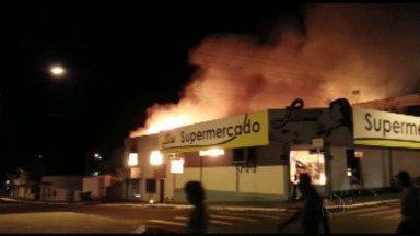 Em Capanema, incêndio destrói supermercado - A suspeita é de que o incêndio tenha começado no interior do supermercado onde havia um estoque de fogos de artifícios.